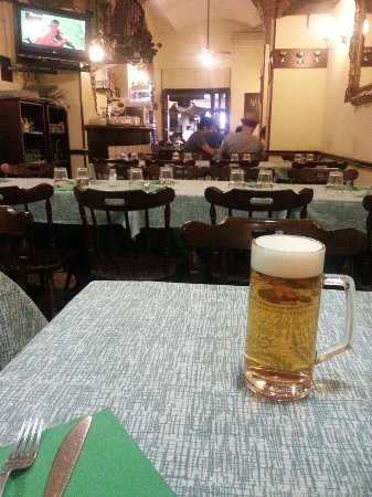 Bella Napoli 2 : Il tavolo apparecchiato con la birra e l'interno del locale