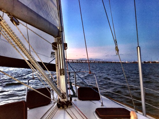 Miami Boat and Yacht Rentals: Absolutely beautiful night. Miguel was a fabulous captain who clearly knows the area as well as