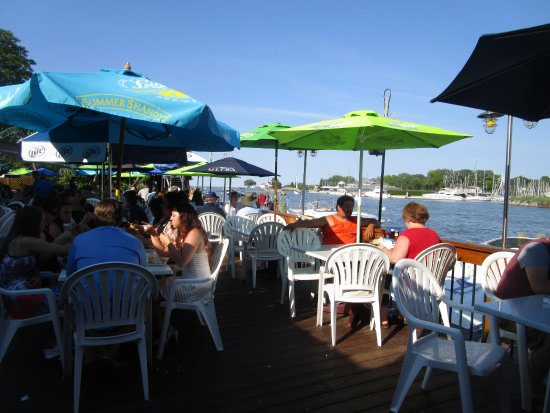 Greece, NY: Pelican's Nest - back dining patio on water