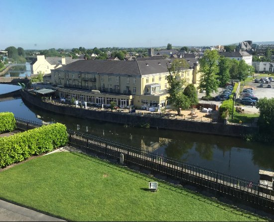 Kilkenny River Court Hotel: This picture is taken from Kilkenny Castle across the river from the hotel