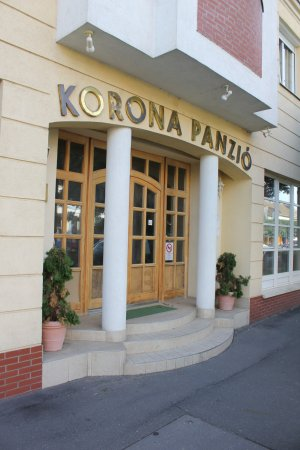 Korona Panzio: Entrance to the hotel