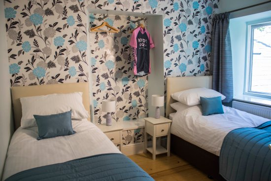 Merthyr Tydfil County, UK: Blue bedroom set up as twin