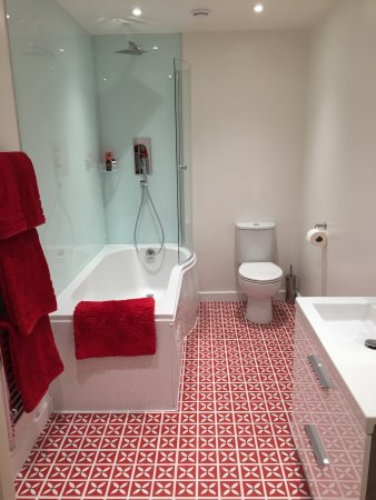 Merthyr Tydfil County, UK: Red bathroom - all our rooms have new bathrooms