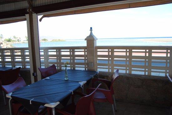 Laguna Restaurant: Lo que se ve detrás es el rio Antas y la playa, este invierno han puesto cristal, y esta mas dia