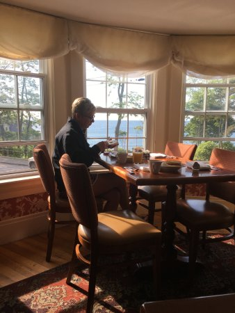 York Harbor Inn: Breakfast with a view of the ocean