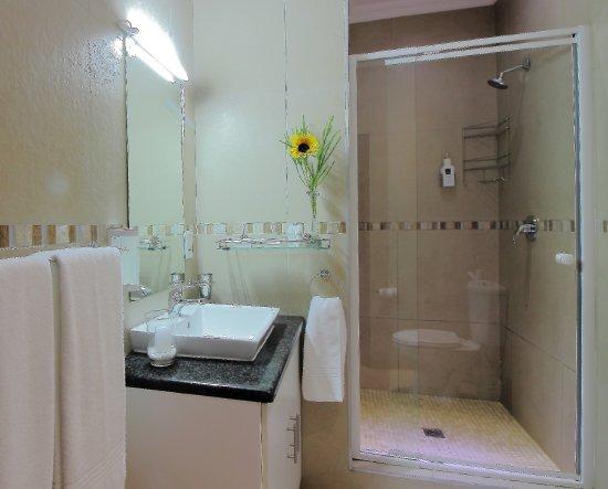 Rivonia, Afrika Selatan: Bathroom in Standard Room
