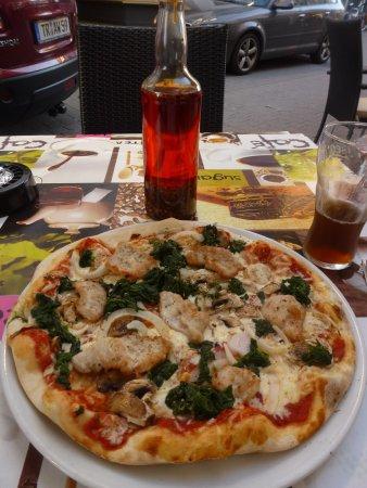 Ristorante Pizzeria Villa Venezia: Pizza Pollo mit schafem selbstgemachtem Öl zum beträufeln