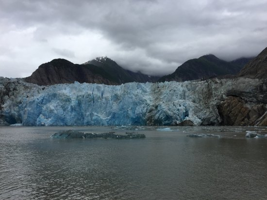 Beachside Villa Luxury Inn: North Sawyer Glacier - even some big chunks of ice calving!