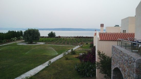 Sipiada, Greece: view of the ground in from the hotel and the beach from the room (first floor)