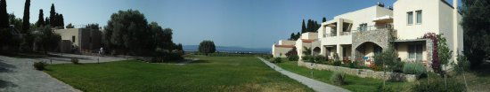 Sipiada, Greece: Panorama, the rooms on the right, the breakfast room on the left