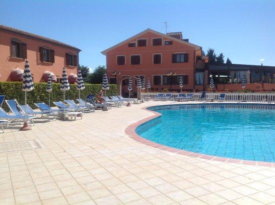 Agrihotel Elisabetta: Vue de l'hôtel de la piscine