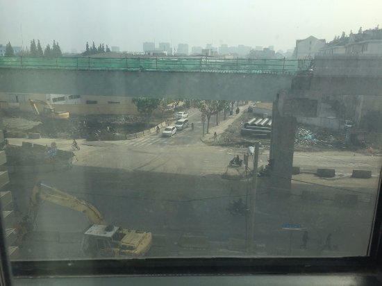 Jinjiang Inn (Shanghai Nanxiang): The construction in front of the hotel; yes, the windows are dirty