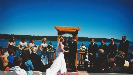 Anchor Inn & Suites: Summer Weddings are beautiful on our deck