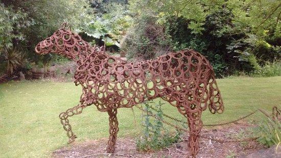 Martock, UK: Horseshoe horse!