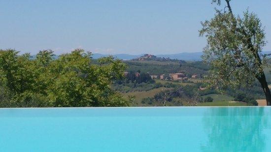 San Giovanni d'Asso, Italia: panorama da dentro la piscina