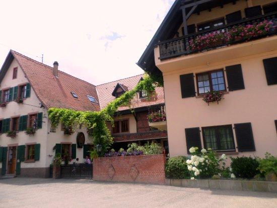 Mittelhausen, France : restaurant et hôtel vus de la rue( parking en face)
