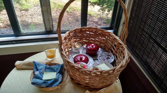 Cover Park Manor : Picnic basket breakfast on the private porch