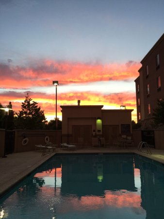 Hampton Inn & Suites West Sacramento: Awesome sunset by the pool
