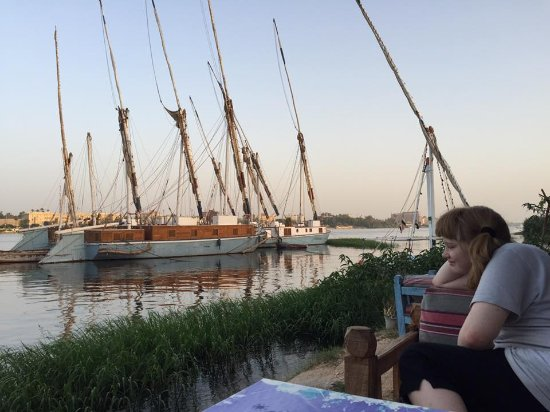 Blue Sky Restaurant : At our favorite table, the nile a bout a meter away from our chairs.