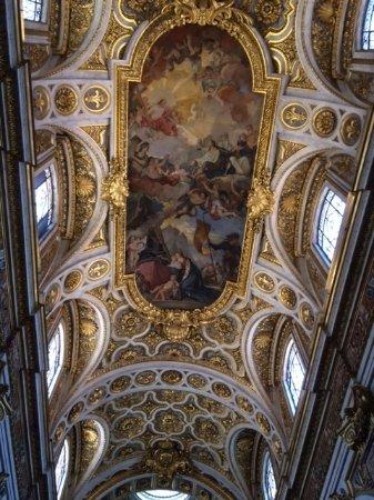 Iglesia de San Luis de los Franceses: Impactante decoracion en el cielorraso