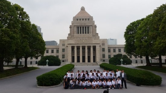 National Diet Building: Students posing for a photo
