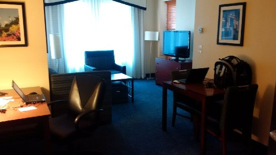 Residence Inn Cincinnati Downtown: Main view of hotel room. Comfortable environment.