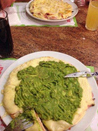 DINO'S PIZZA: Totalmente recomendable, una pizza espectacular. Si bien se ven bastante tradicionales, la masa