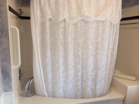 The Queen Victoria: beautiful whirpool jacuzzi bathtub