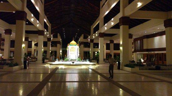 Sutera Harbour Resort (The Pacific Sutera & The Magellan Sutera): Холл отеля вечером