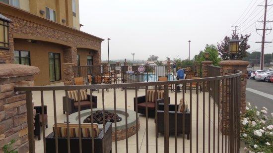 Norco, Калифорния: Firepit and pool area