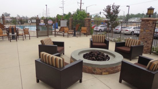 Norco, CA: Fire pit area near pool