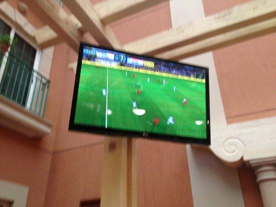 Holiday Inn Express Galerias San Jeronimo: Tiene TV en el comedor, viendo el juego de la copa america 2016. Con una cervecita bien fria