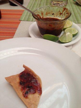 Holiday Inn Express Galerias San Jeronimo: Deben pedir esta salsita para botanear, es de habenero con tomate. Está fenomenal.