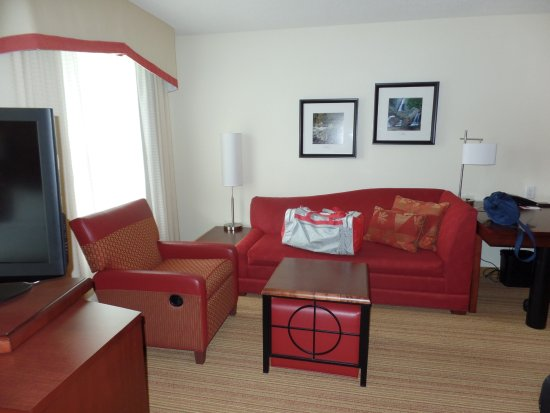 Residence Inn Concord: Living space area in room.