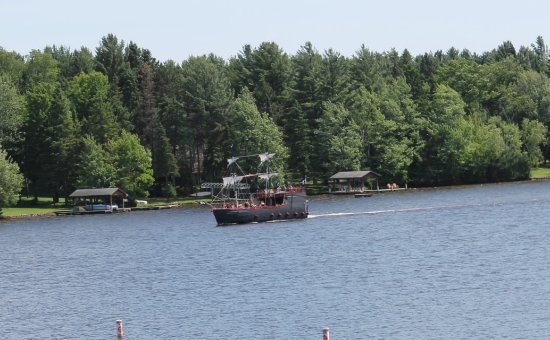 Wild Eagle Lodge: Pirate ship rides from near by business