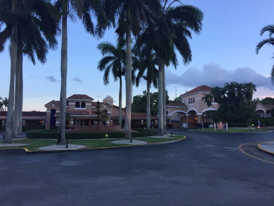 Grand Palms Hotel, Spa and Golf Resort: A view of the front of the hotel
