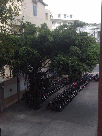 Angella Hotel: Парковка у отеля.