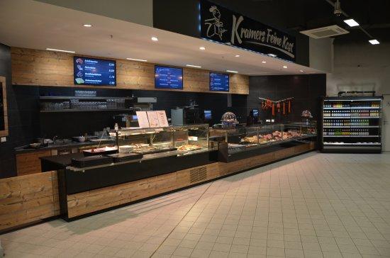 Marktredwitz, Alemania: große Heißtheke mit regionalen Spezialtiäten