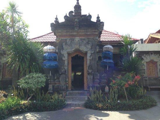 Sari Segara Resort Villas & Spa: вход в отель как в храм ) на Бали в каждый дом очень красивый вход )