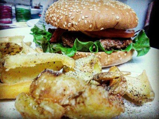 Camerino, อิตาลี: Steakburger e patate