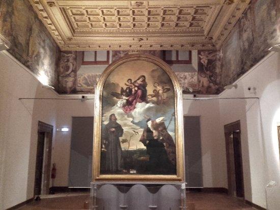 Pinacoteca Civica Francesco Podesti : La sala dove è custodita la Pala Gozzi di Tiziano.