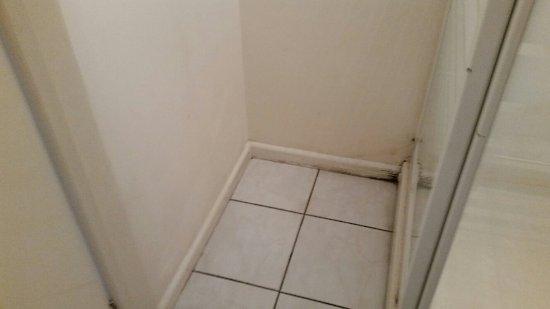 Kidlington, UK: Damp, mouldy,worn out decor