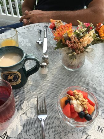 Stonewall Jackson Inn: A beautiful morning on the patio
