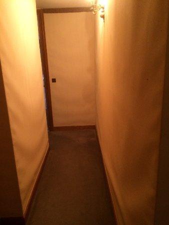 Le Couloir Dans Ma Chambre Le Papier Gondole Sur Les Murs Photo
