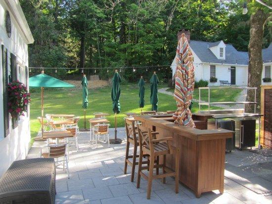 Garden Gables Inn: Outdoor BBQ, Bar and Dining Patio