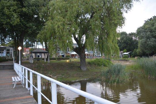 Pawesin, Germany: Vom Steg des Hotels aus abends über das Wasser schauen ist wunderbar.
