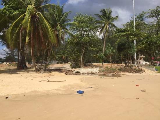 Twinpalms Phuket: Dirty uncleaned beach with exposed sewer
