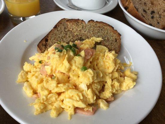 Gabriel House B&B: 朝食のメイン スクランブルエッグとサーモン(数種の中から)