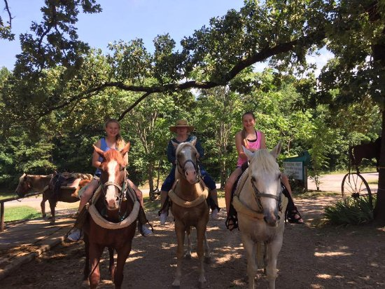 The Inn at Mountain View: Horse riding at Ok TradingPost which is one of the many activities available in the area.