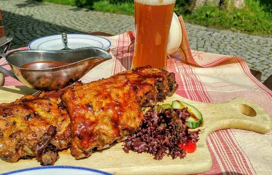 Pullach im Isartal, เยอรมนี: Spareribs im Biergarten vor dem Haus